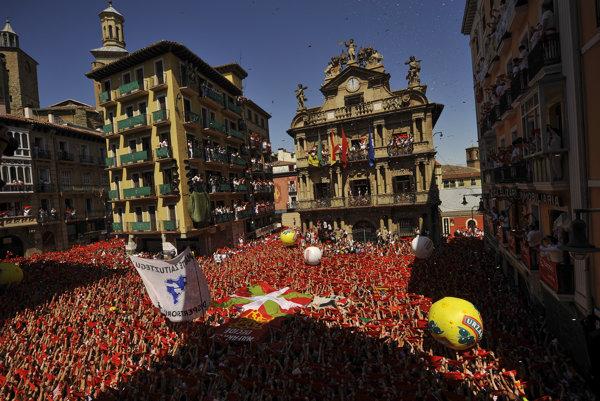 Účastníci s tradičnými červenými šatkami čakajú na výstrel svetlice na otváracom ceremoniále. Festival sv. Fermína do severošpanielskej Pamplony každoročne láka desaťtisíce turistov.