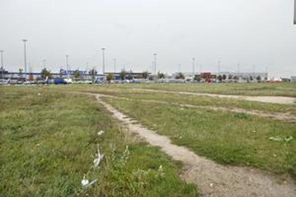 Pri OC Cassovia sa výstavba neskončila. Do Košíc sa chystajú noví investori. Zastavajú zaburinené plochy.