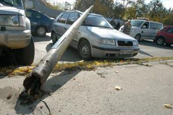 Stĺp od chodníka doslova odtrhlo.