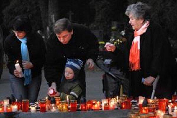 Sviečky zapaľovali malí i veľkí.