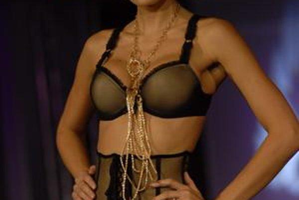 V tomto modeli sa Kateřina Průšová predviedla na nedávnej módnej prehliadke Jany Berg