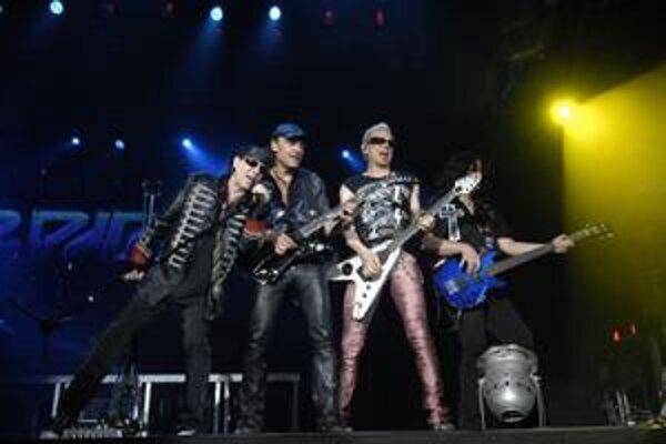 Akční. Na pódiu sa vyšantili, skákali, spievali, hrali. Bavili sa.