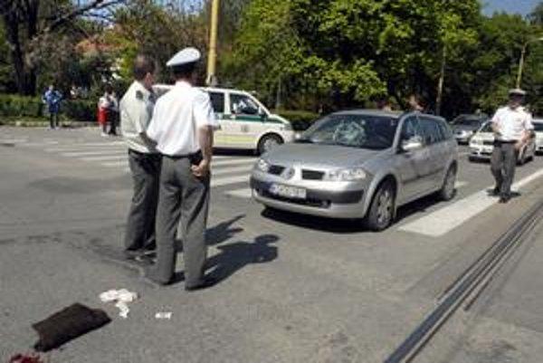 Zrážka chodca s autom. Na zemi ostali po mužovi osobné veci a obväzy.