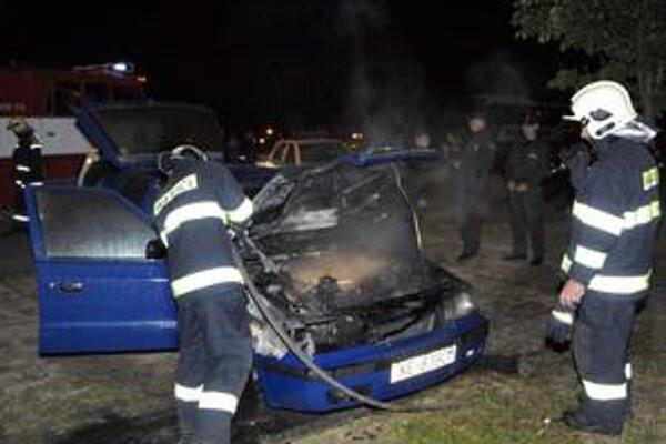 Zásah. Hasiči sa snažili auto čo najskôr uhasiť.