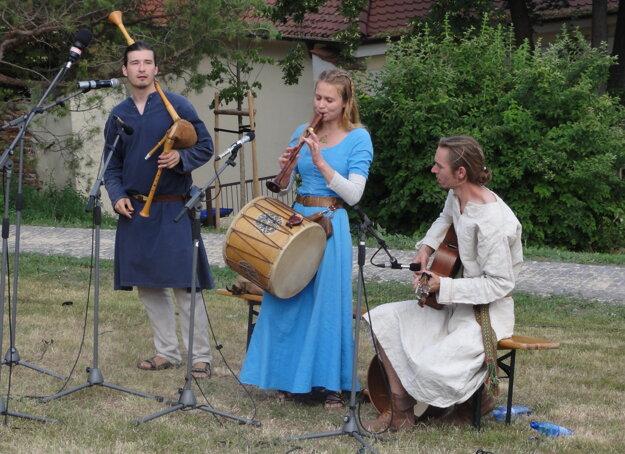 Dobovú hudbu v Nitrawe hrali Páni času.