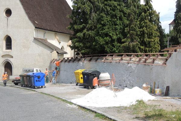 Cintorínsky múr opravujú.