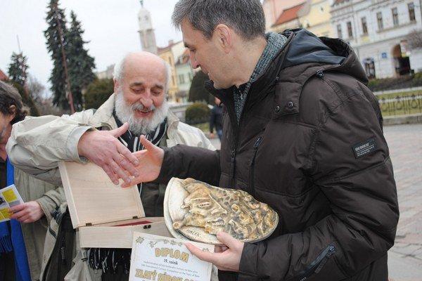 D. Pončák (vľavo) blahoželá víťazovi Grand prix O. Kustovskému.