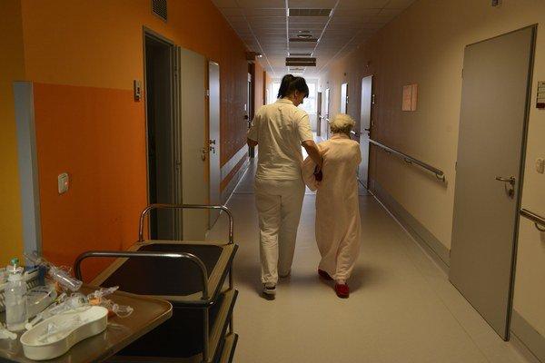 Prešovská nemocnica. Po odchode sestier sa borí s problémami.