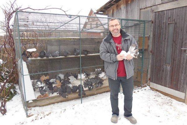 Marián Macko so svojím holubníkom na záhrade domu.