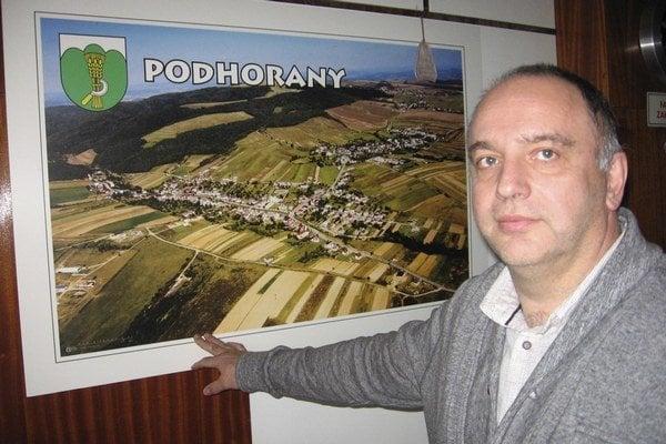 Starosta obce Podhorany. Richard Bechera pri leteckej fotografii obce.