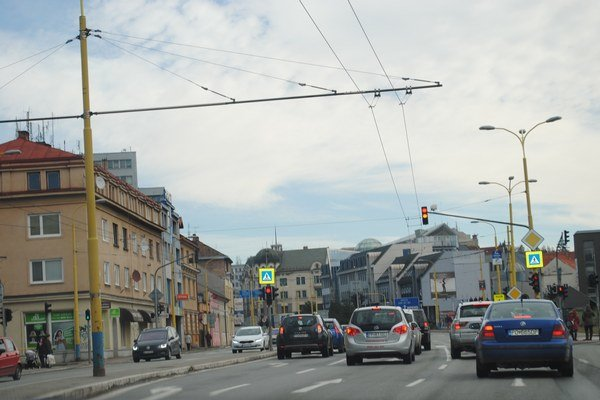 Levočská ulica. Ak vozidlá nezastaví vlak, zelená funguje.
