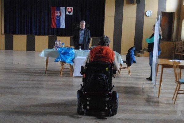 Hendikepovaní. Volili v mieste bydliska na Volgogradskej v Prešove.