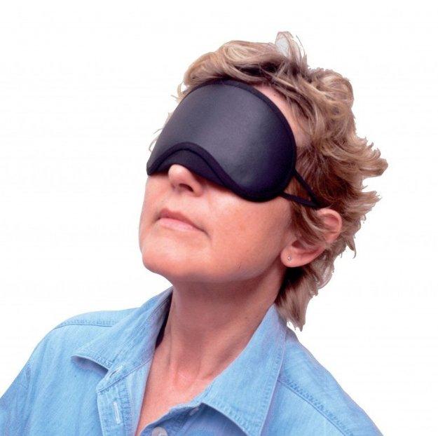 Maska na spanieDoma, v nemocnici alebo počas cestovania môže kvalitu spánku znižovať nedostatočné zatemnenie miestnosti. To hravo vyrieši maska na spanie z mäkkej látky. Nikde netlačí, temer ju necítite a vytvára dokonalé prostredie bez svetla, vhodné na hlboký a intenzívny spánok. Osvieženými budete aj v prípade, ak vám do izby svieti mesiac, alebo lampa pouličného osvetlenia. Maska je vhodná aj na dlhodobé používanie.