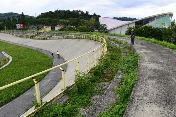 Zimný štadión (vpravo) a cyklistický velodróm stoja hneď vedľa seba.