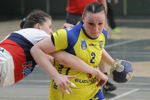 Na snímke s loptou hráčka Michaloviec Julia Kucherová, vľavo hráčka Prešova Zuzana Puzderová.