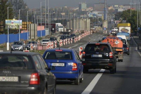 Kruháč pri ZVL. Vodiči denne zápasia so zdržiavaním v kolónach.