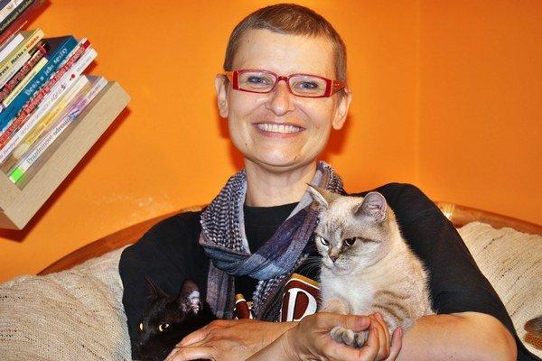 Spisovateľka. Gabriela Futová so svojimi mačkami.