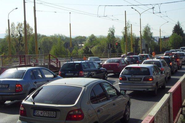 Križovatka Východná – Rusínska – Kuzmányho. Mesto so splátkou za spotrebu energie meškalo.