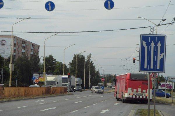 Sekčov. Zastávky obsluhujú trolejbusy aj autobusy.