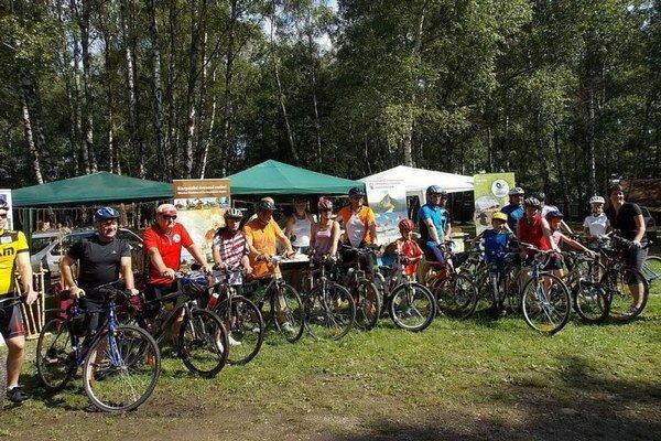 Momentka z o štartu minuloročného Cyklopátrania. Podujatie podporilo 20 cyklistov.