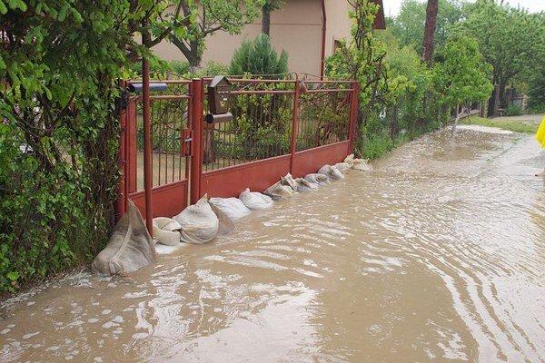 Voda zaplavila cesty a niekde aj pivnice.
