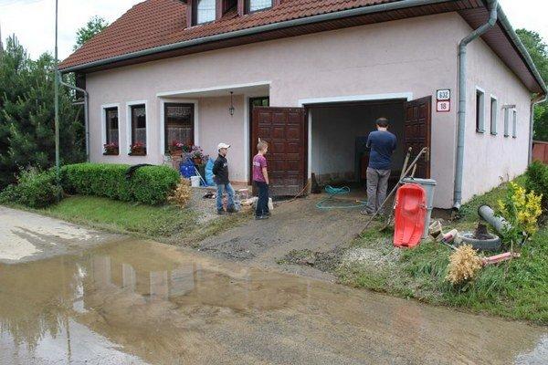 Jeden z vytopených domov v Raslaviciach. Pomáhal každý, kto mohol.