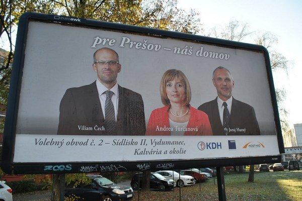 Predvolebný pútač. Viliam Čech (vľavo) ako uchádzač o poslanecké kreslo.