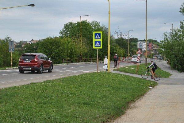 Mukačevská. Cesta pretínajúca cyklochodník bude mať plošný spomaľovač.