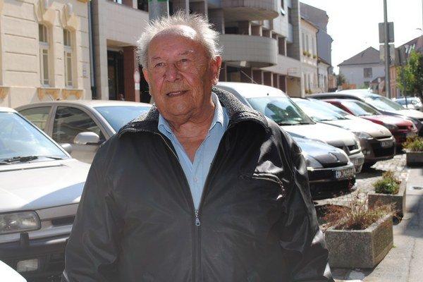Jozef Varga. Dnes má 84 rokov, pomoc nikomu neodmietne.