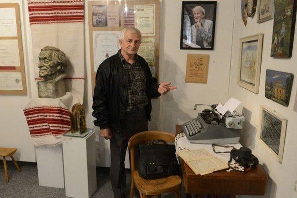 Na snímke Blahoslav Lazorík, bývalý múzejník, pri predmetoch svojho otca Jána Lazoríka.