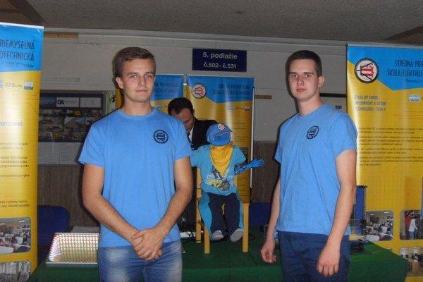 Elektrotechnici. Dominik Tkáčik a Martin Olejár vyrobili hovoriaceho robota.