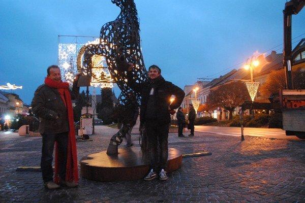 Socha koňa. Majiteľ Pavel Hagyari (vľavo) a autor Michal Kačmár.