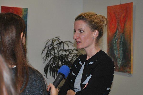 Adela Banášová. Rozprávala v Prešove medzi študentmi.