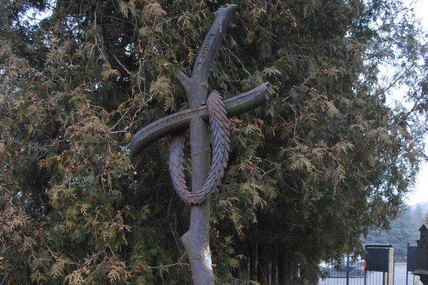 """Poškodený pomník. Neznámy páchateľ z neho odrezal """"výčnelky""""."""