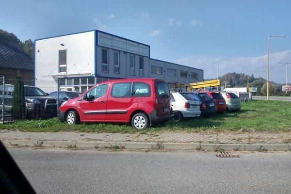 Parkovanie na tráve. Vozidlá tam stoja hocikedy, nikto ich neobmedzuje.