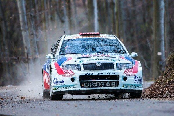 Bojuje o titul. Na Rally Tatry vyvrcholí jeho dramatický súboj s Poliakom Grzybom.