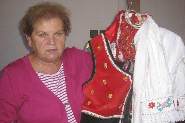 Mária Karahutová predstavuje vyšívaný šarišský kroj.