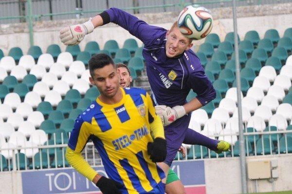 Hrdinovia zápasu. L. Dordevič (vľavo) a brankár M. Ružinský z Košíc.