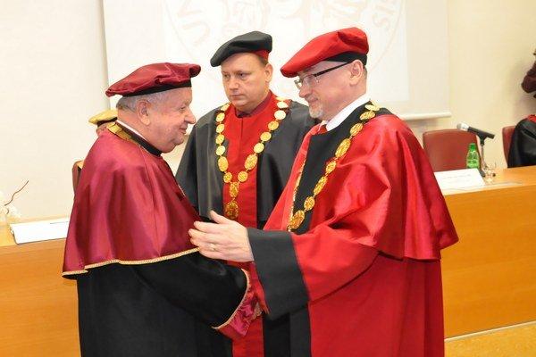 Stanisław Dziwisz (vľavo) si prebral doktorát z rúk rektora PU Reného Matloviča.