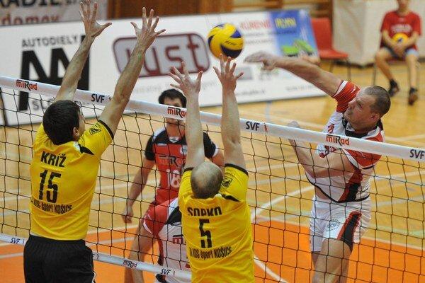 Prešovčan Michal Červeň útočí cez košický dvojblok Vladimír Kríž - Maroš Sopko.