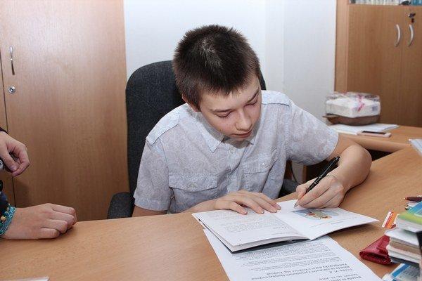 Autogramy. Vrstovníkom ich rozdával mladý autor.