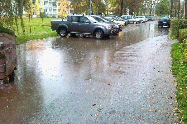Marka Čulena. Dažďová voda nemá kam odtekať.