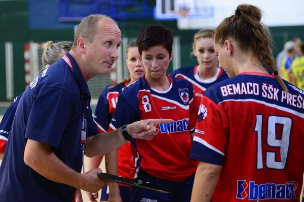 Tréner Roman Lamač tvrdí, že na hráčky, ktoré nie sú profesionálkami, je ťažké nájsť účinné páky.