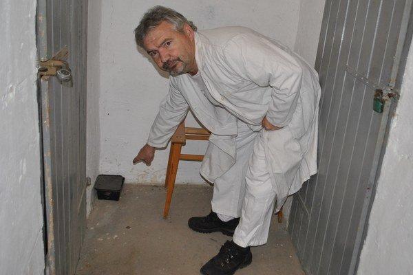 Deratizér Adolf Šarnik pri deratizačnej staničke s prípravkom, aký má byť v každej prevádzke.