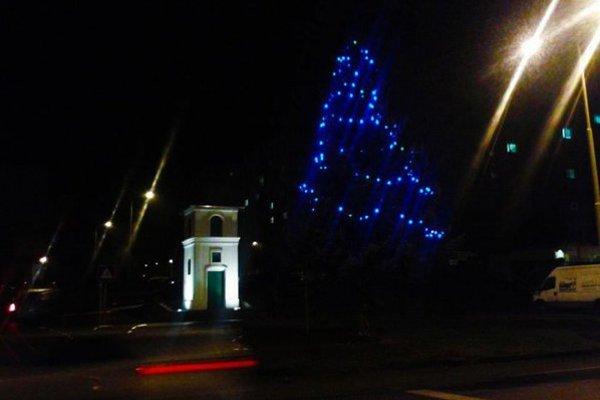 Šváby. Stromčeku pri zvonici dominujú modré svietidlá.
