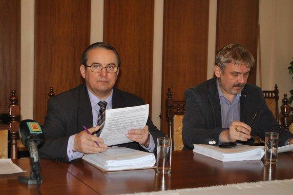 Predsedovia poslaneckých klubov Stanislav Kahanec (vľavo) a Juraj Hudáč.