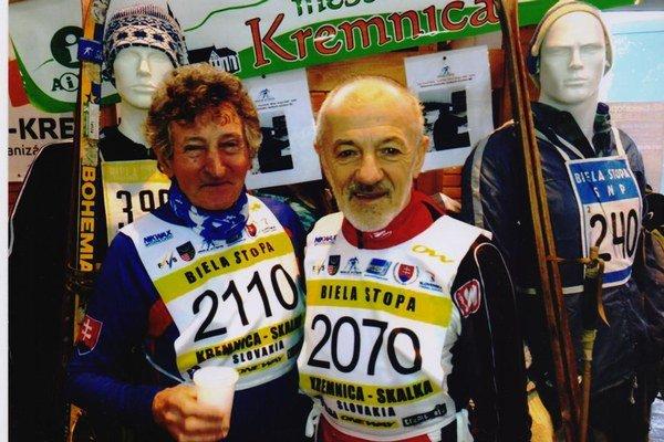 Prešovčan Jozef Štec (nar. 1936, vľavo)absolvoval všetky uskutočnené ročníky Bielej stopy. Odbehol na nich  1 965 kilometrov.