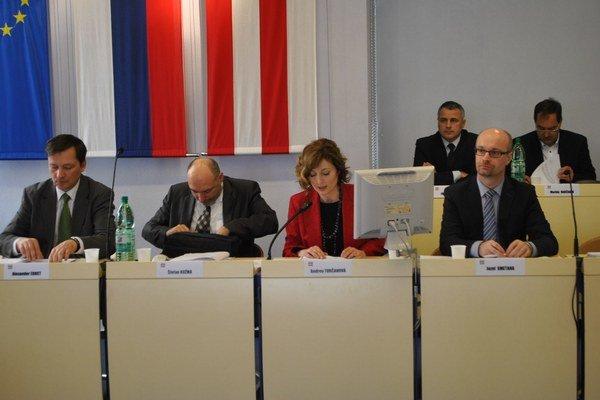 Ernst na zastupiteľstve (na snímke vľavo).