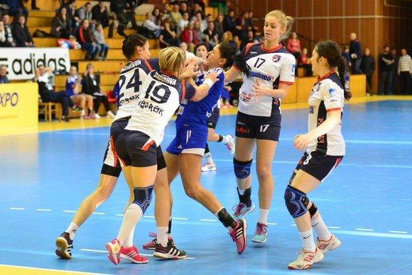 Prešovské hádzanárky. V slovensko–českej súťaži sa predovšetkým učia.