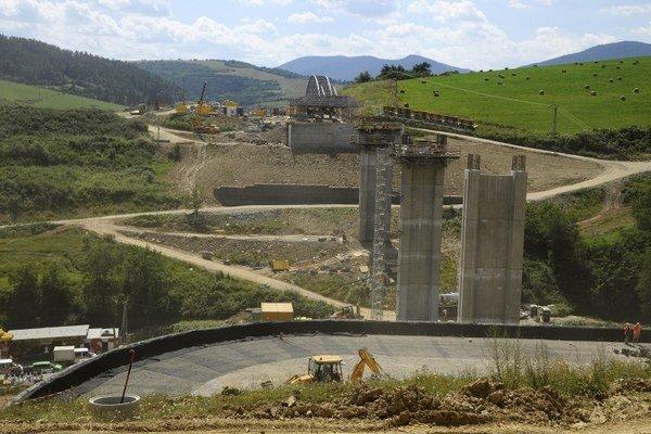 Diaľnica Fričovce - Svinia, ktorú momentálne stavajú, sa napojí cez existujúci úsek Svinia - Prešov západ na plánovaný obchvatový úsek D1 Prešov západ - Prešov juh.